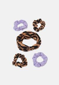 Gina Tricot Mini - MINI SCRUNCHIE HEADBAND SET - Hair styling accessory - brown/lilac - 0