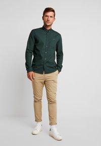 TOM TAILOR DENIM - ALLOVER PRINTED STRETCH  - Shirt - green - 1