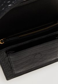 Tory Burch - ROBINSON CONVERTIBLE SHOULDER BAG - Kabelka - black - 2