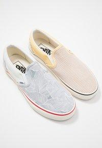 Vans - CLASSIC - Slip-ons - beige/yellow/white - 5