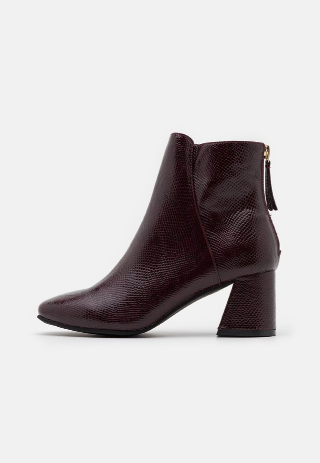 BRICKS SQUARE TOE FLARED BLOCK HEEL BOOT - Botines - burg lizard