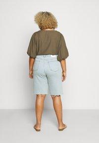Glamorous Curve - Denim shorts - light wash - 2