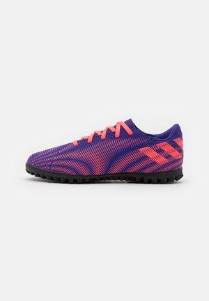 NEMEZIZ .4 FOOTBALL BOOTS TURF UNISEX - Astro turf trainers - energy ink/signal pink/signal green