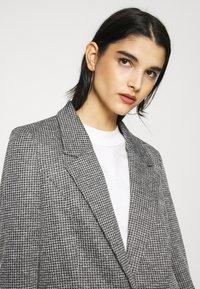Vero Moda - VMCHECK 3/4 LONG - Krátký kabát - dark grey melange - 4
