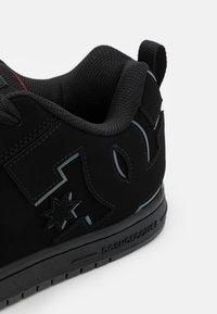 DC Shoes - COURT GRAFFIK - Skate shoes - black/red - 5