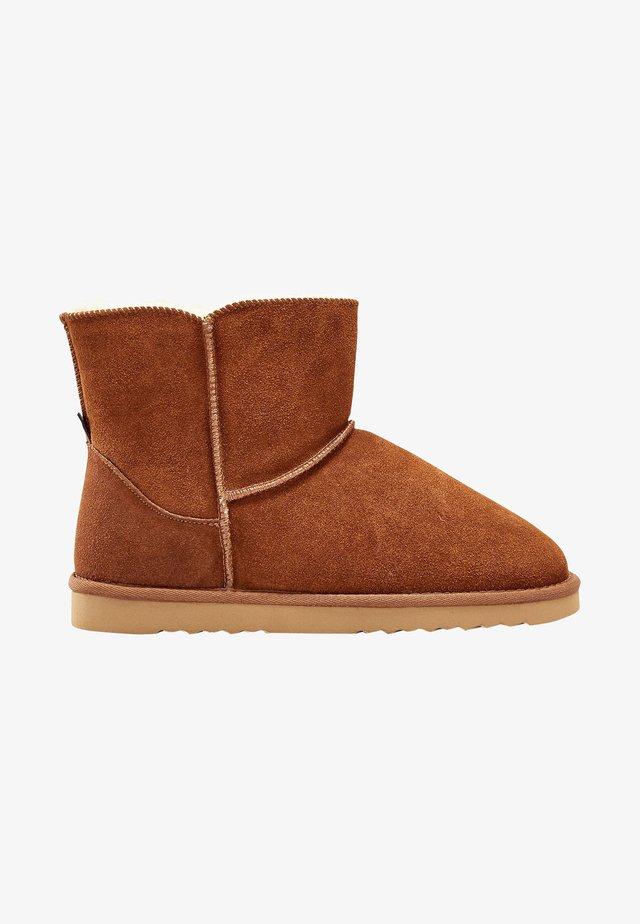 CHESTNUT SUEDE SLIPPER BOOTS - Støvletter - brown