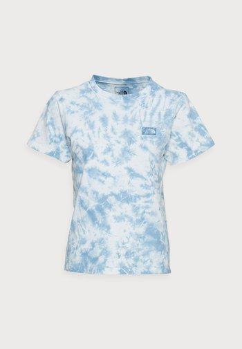 NATURAL DYE TEE - Print T-shirt - tourmaline blue