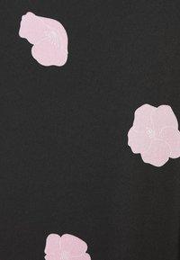 Glamorous Curve - FLORAL SHIFT - Denní šaty - black - 2