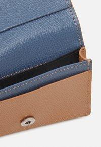 Furla - PROJECT BUSINESS CARD CASE - Peněženka - miele/blu denim - 2
