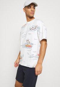 Scotch & Soda - ALLOVER TEE - T-shirt con stampa - off-white - 4