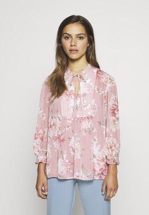 TAYLA TIE FRONT NOTCH COLLAR PETITE - Bluzka - burnt sienna floral print