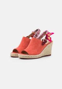 Coach - POPPY WEDGE - Sandály na vysokém podpatku - bright salmon - 2