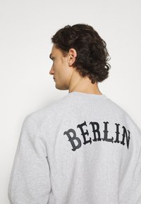 Champion Reverse Weave - CREWNECK BERLIN - Sweatshirt - mottled light grey - 3