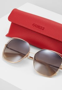 Guess - Solbriller - brown - 3