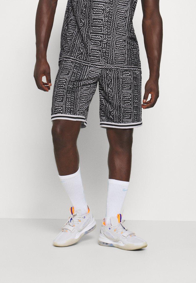 Nike Performance - DNA SHORT CITY EXPLORATION SERIES - Sports shorts - black/white