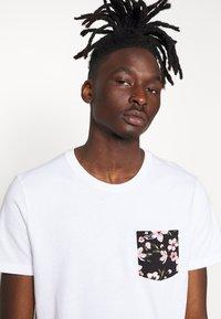 Hollister Co. - FLORAL POCKET ASIA  - Print T-shirt - white - 3