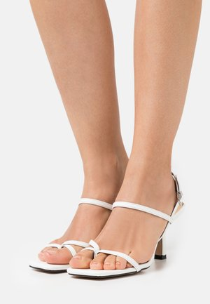 WIDE FIT SAWYER - Sandály s odděleným palcem - white