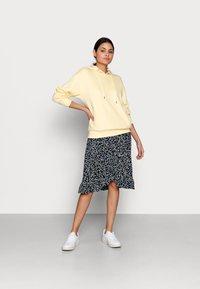 Moss Copenhagen - KARNA BEACH SKIRT - A-line skirt - cap flower - 1