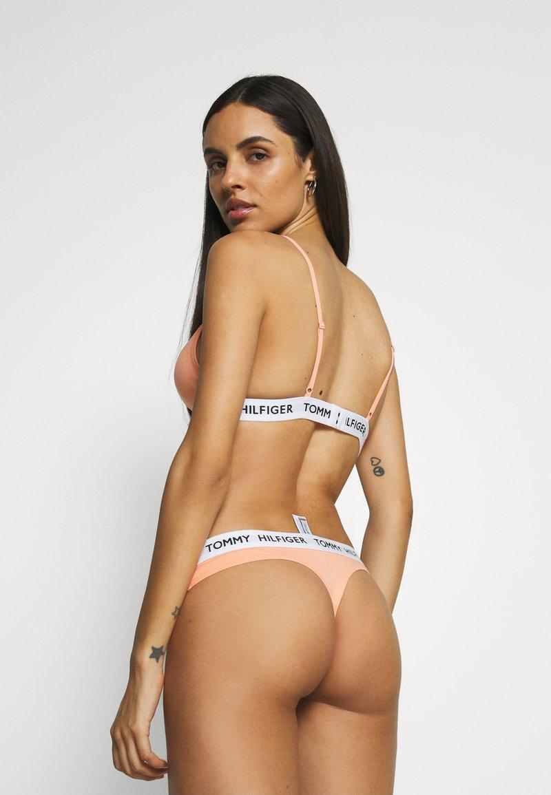 Tommy Hilfiger en coton organique Logo Femme Sous-vêtements String-PAPAYA PUNCH