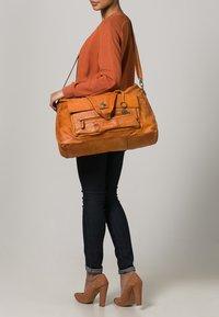 Pieces - TOTALLY ROYAL  - Weekend bag - cognac - 0