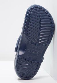 Crocs - CLASSIC UNISEX - Badesandale - navy - 4