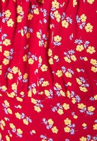 Missguided Petite - DITSY FRILL DRESS - Žerzejové šaty - red - 2