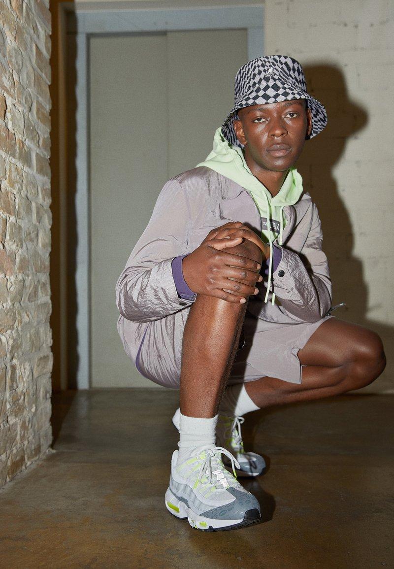 Nike Sportswear - AIR MAX 95 - Sneakersy niskie - white/black/cool grey/wolf grey/pure platinum/volt