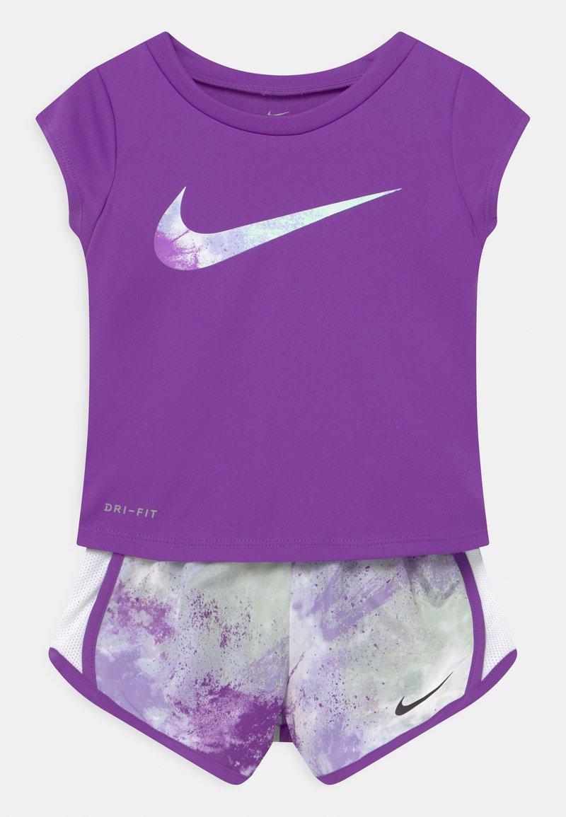 Nike Sportswear - SKY DYE TEMPO SET - Print T-shirt - purple chalk