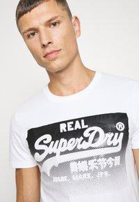 Superdry - HALFTONE EMBOSS TEE - Print T-shirt - optic - 4