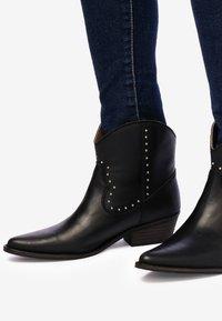 Eva Lopez - Cowboy/biker ankle boot - black - 3