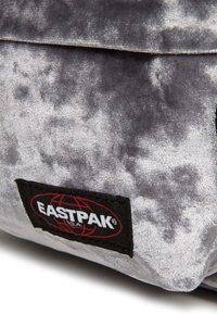Eastpak - Mochila - crushed grey - 4
