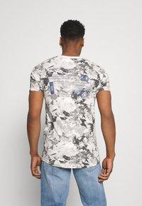 Jack & Jones - JCOBO TEE CREW NECK - Print T-shirt - lunar rock - 2