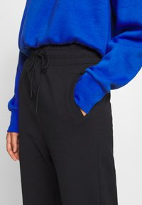 Nike Sportswear - W NSW SWSH PANT FT - Joggebukse - black/white - 3
