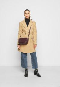 Miss Selfridge Petite - COAT - Klasický kabát - camel - 1