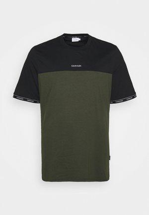 LOGO STRIPE CUFF - Print T-shirt - dark olive/black