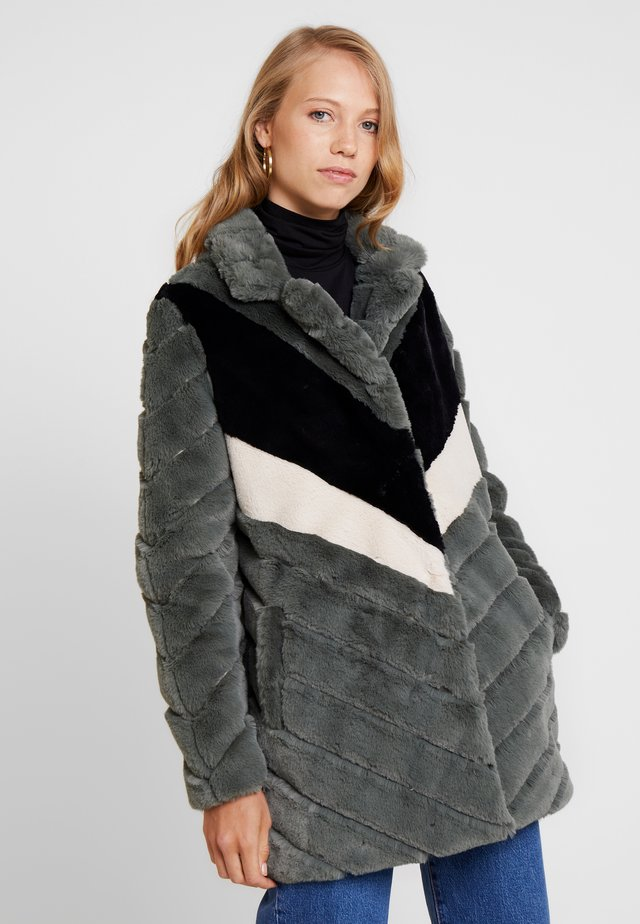LADERA - Płaszcz zimowy - olive