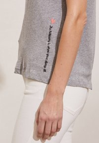 Odd Molly - DAPHNE - Print T-shirt - grey melange - 3