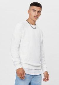 Bershka - MIT RUNDAUSSCHNITT  - Sweatshirt - white - 0