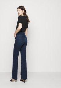 Patrizia Pepe - PANTALONI TROUSERS - Flared Jeans - washed blue - 4
