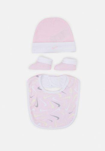 HAT BIT BOOTIE SET - Muts - pink foam