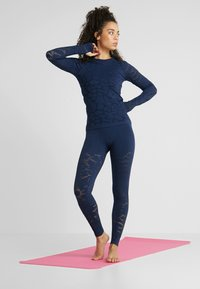 Casall - CASALL SEAMLESS STRUCTURE TIGHTS - Medias - pushing blue - 1