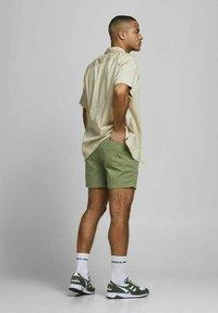 Jack & Jones - JJIJEFF JJJOGGER - Shorts - deep lichen green - 2
