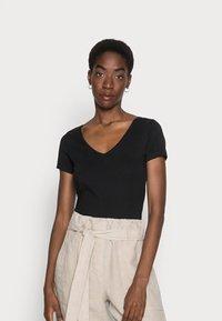 Anna Field - 2 PACK - T-shirts - black - 0