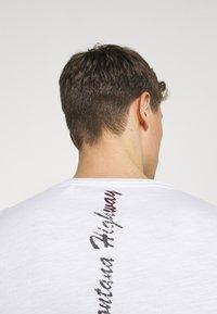 Key Largo - TIRES ROUND - Print T-shirt - white - 3