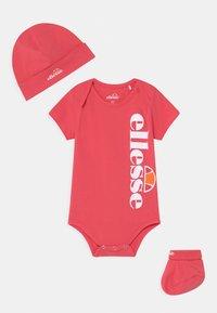 Ellesse - ELEANORI BABY SET UNISEX - Print T-shirt - pink - 0