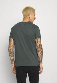 Tigha - ZANDER - T-shirt - bas - asphalt - 2