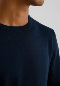 Jack & Jones - JJEBASIC - Stickad tröja - navy blazer - 3