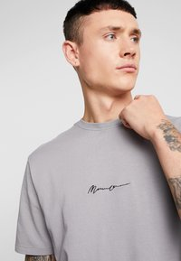 Mennace - SIGNATURE  - Jednoduché triko - slate - 3