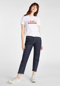 Lee - ESSENTIAL SLIM - T-shirt z nadrukiem - bright white - 1