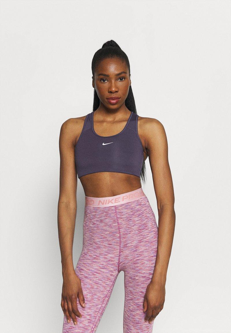 Nike Performance - BRA - Sujetadores deportivos con sujeción media - dark raisin/white